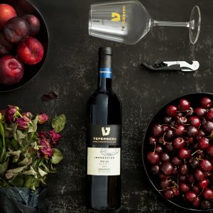 בקבוק יין טפרברג לצד דובדבנים וכוס יין
