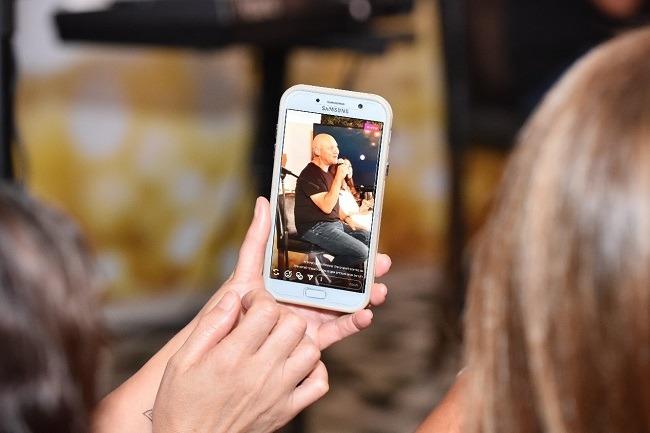 בחורה מצלמת בפלאפון