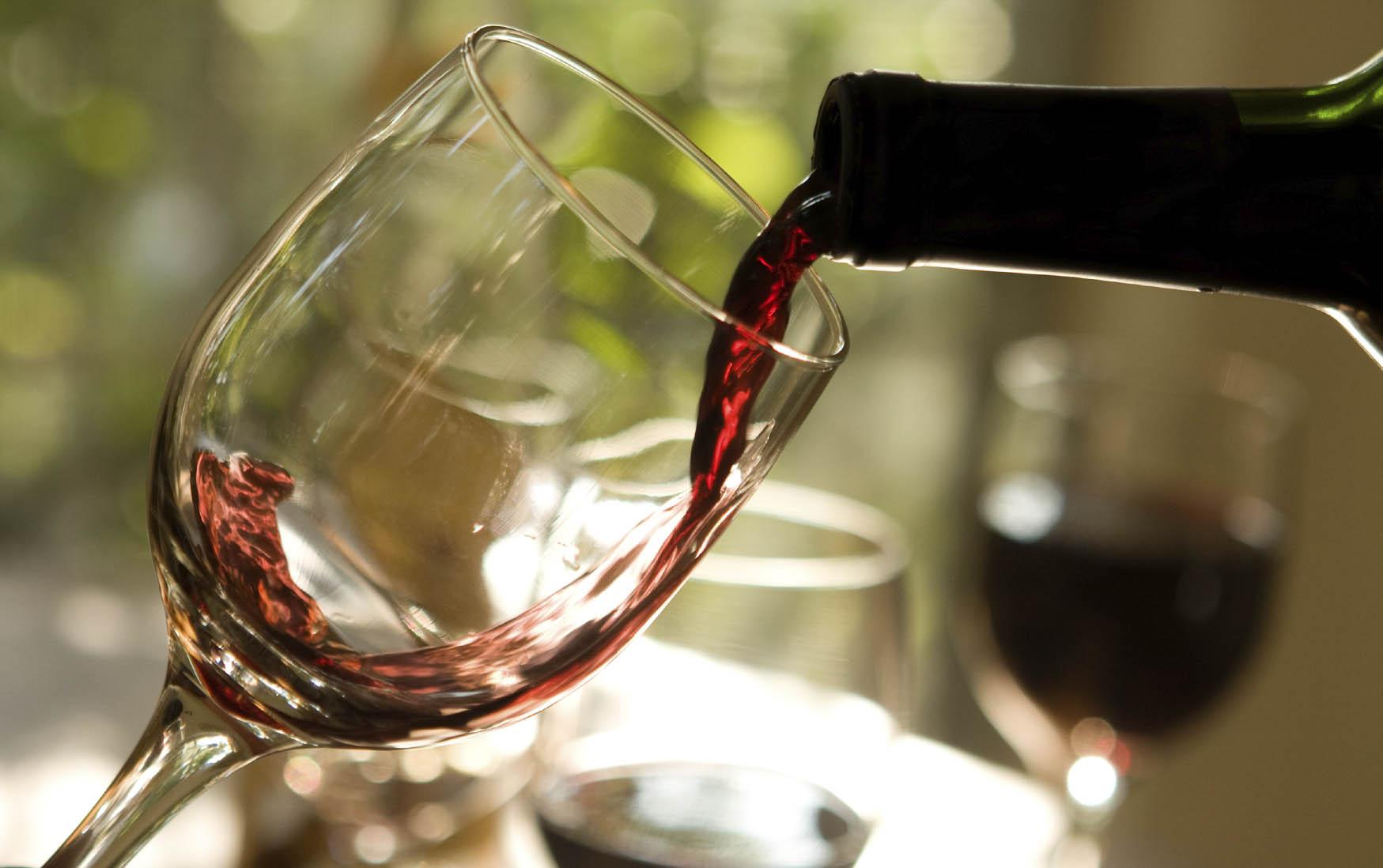 מזיגת יין לכוס