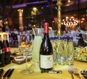 בקבוק יין מונח על שולחן אוכל