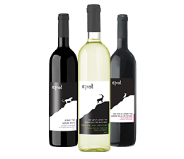 שלישיית בקבוקי יין. מימין: יין אדום, יין לבן יין אדום