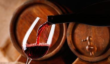 יין אדום נמזג לתוך כוס יין