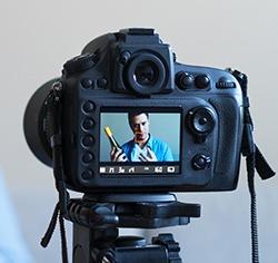 תמונה של מצלמת וידאו בזמן צילום סרטון