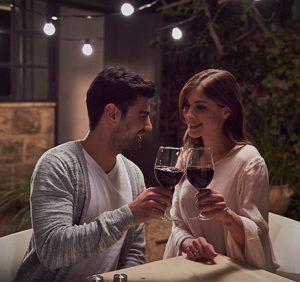 גבר ואישה אוחזים כוסות עם יין טפרברג