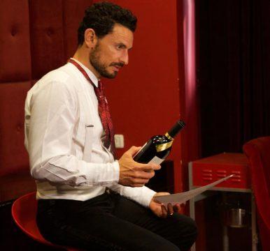 גיא זוארץ מחזיק בקבוק לגסי של טפרברג