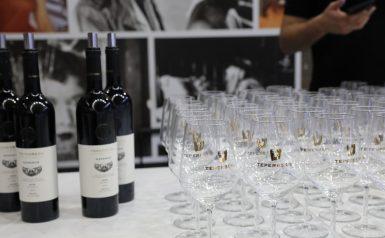 גביעי יין ובקבוקי יין טפרברג