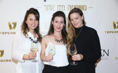 שלוש בנות מחזיקות כוס יין