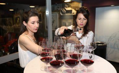 2 בנות מוזגות יין