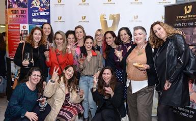 בלוגריות סלונה עושות לחיים עם גביעי יין לוגו טפרברג ברקע