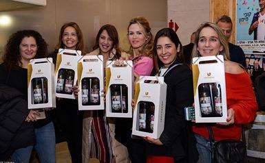 בלוגריות סלונה מצטלמות עם מארזי המתנה לוגו טפרברג ברקע