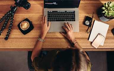 צילום מעל שולחן, מחשב נייד, מחברת וקפה